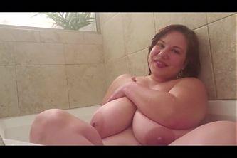 BBW Mal Malloy bathing herself