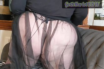 A fat round ass with a shiny butt plug!